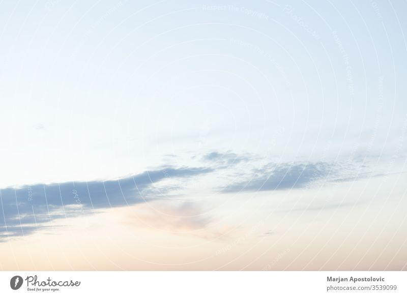 Blick auf den schönen milchigen Himmel bei Sonnenuntergang abstrakt Aspirationen Atmosphäre Ehrfurcht Hintergrund Schönheit blau Klima Cloud Wolken