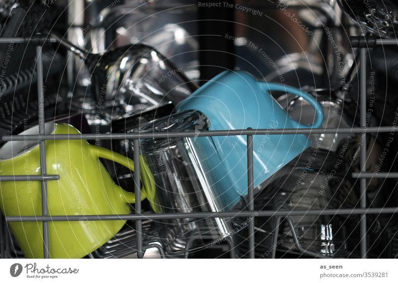 Abwasch Geschirrspülmaschine Innenaufnahme Becher Glas Haushalt Farbfoto grau glänzend Innenraum Geschirrspülen Wasser Küchenspüle Sauberkeit Reinigen