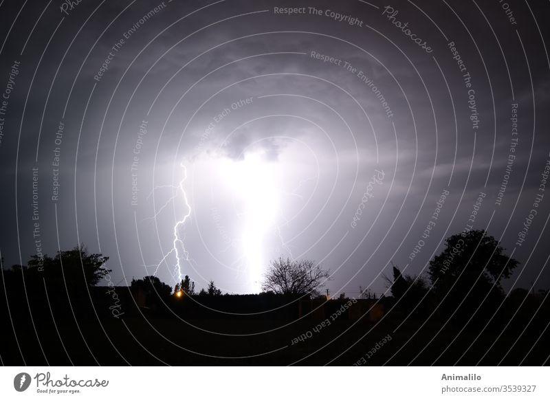 Sommernachts-Beleuchtung Gewitter Donnern Blitze Gewittersturm Unwetter Kraft kampfstark Meteorologie Wetter Licht Gewitterwolken Außenaufnahme Regen Himmel