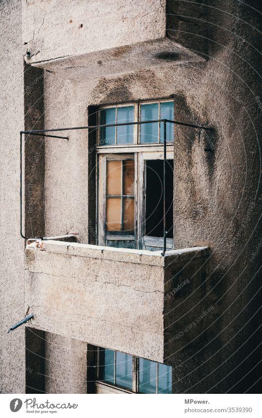 balkonien Balkon haus Altbau altbauwohnung Menschenleer Altbauwohnung Haus Fassade Bauwerk Gebäude Architektur Häusliches Leben Stadtzentrum Altstadt Mauer Wand