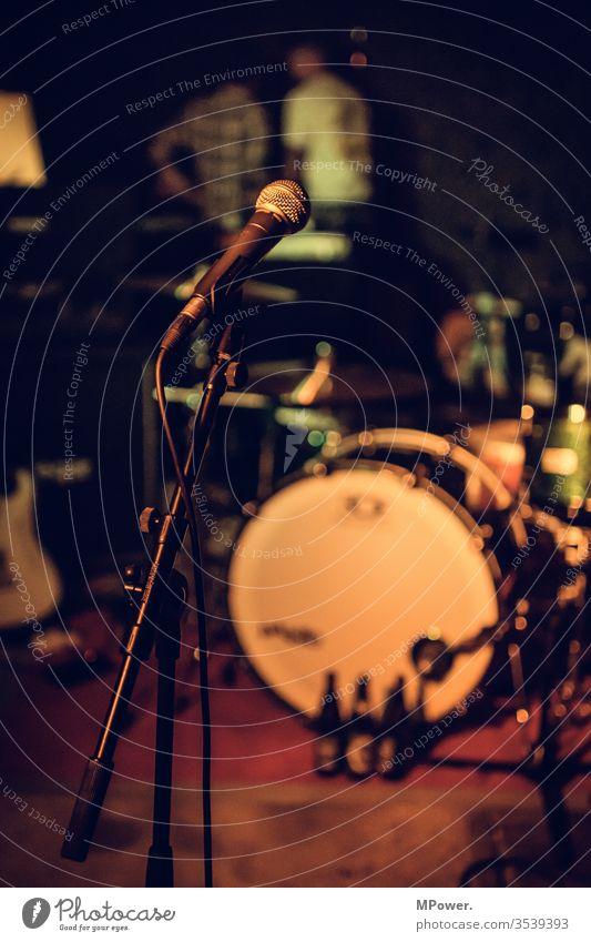 mic is on mirkofon bühne Band Auftritt musik Schlagzeug spielen Club Konzert Rockmusik soundcheck microphone musiker Musiker u. Bands u. Komponisten Show