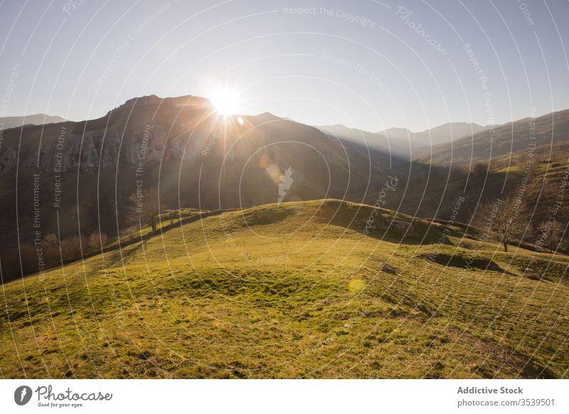 Malerische Aussicht auf bergiges Gelände mit Bäumen und Wiesen an einem sonnigen Tag in Spanien Ansicht malerisch Tal Landschaft Hügel Feld Berge u. Gebirge