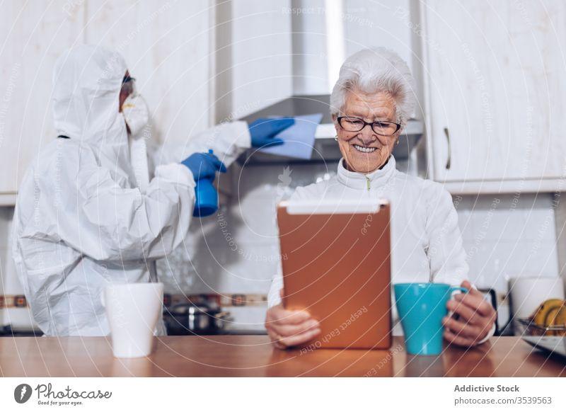 Heimpflegepersonal hilft älteren Klienten zu Hause während der Quarantäne Coronavirus Senior heimwärts Pflege Assistent Hilfsbereitschaft besuchen zeigen