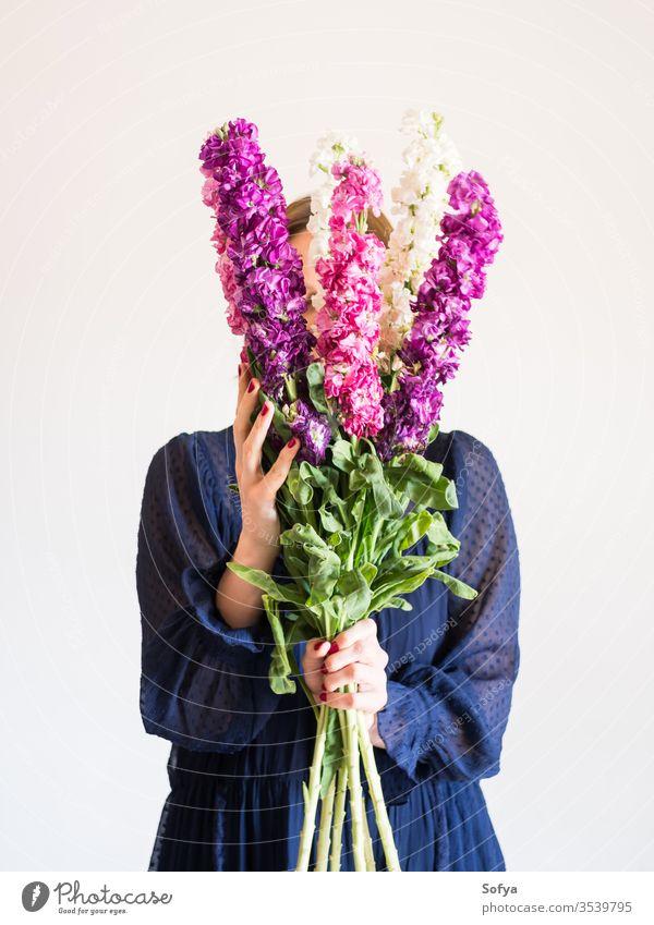Kreatives weibliches gesichtsloses Porträt mit Blumenstrauss rosa Muttertag Frau Frühling matthiola incana Haufen purpur romantisch Blumenstrauß Frauentag