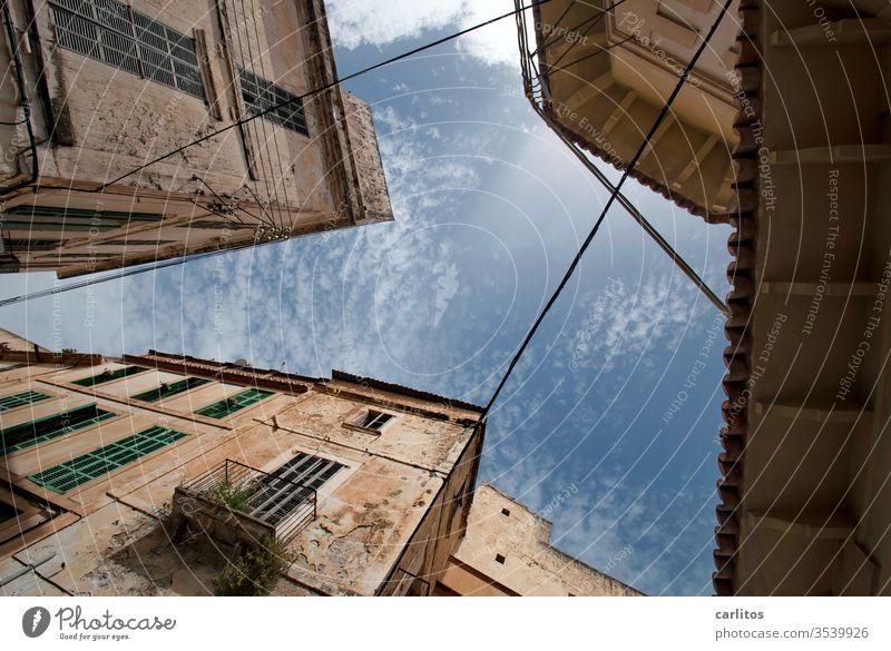 Wochenende im Süden I Mallorca Urlaub Altstadt Froschperspektive Fassade mediterran Fenster Architektur Wand alt Haus Balkon Mauer Menschenleer Fensterladen