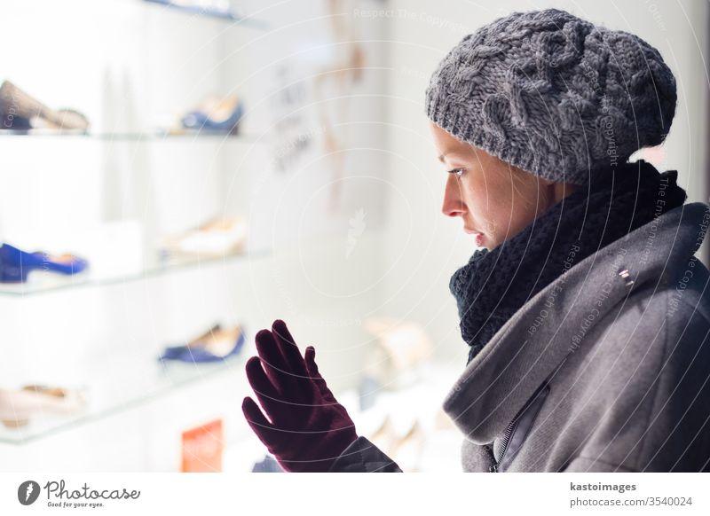 Schaufensterbummel für Frauen. Schaufenstergucker Kunde Käufer Laden Werkstatt schön kaufen Dame modern hübsch jung Lifestyle Kaufhof Fenster Verbraucher