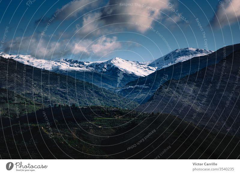 Gesamtansicht Las Alpujarras, Provinz Granada, Andalusien, Spanien, Westeuropa.schneebedeckte Berge Andalusia Architektur Anziehungskraft Blauer Himmel Gebäude