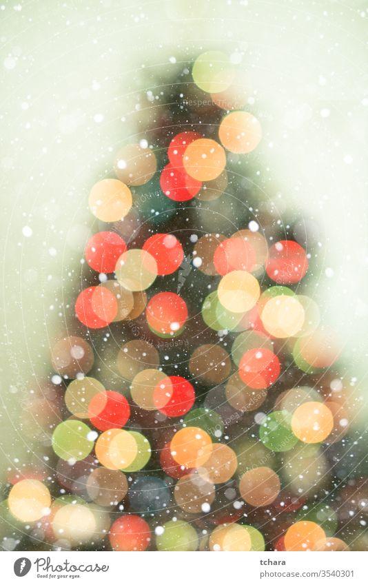 Weihnachtsbaumhintergrund mit Schneefall und Bokeh-Lichter Baum dekorieren festlich pulsierend Illumination lebhaft Zauberei u. Magie Schönheit feiern Formen