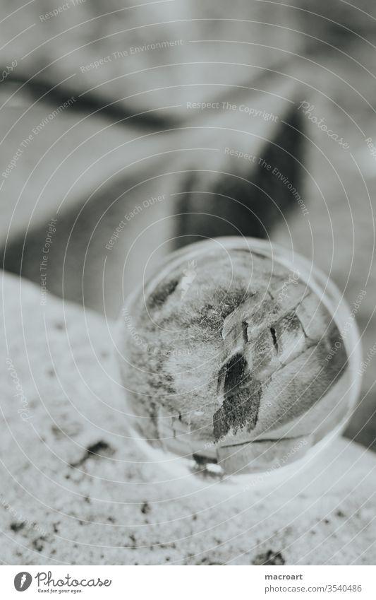 Glaskugelbild glaskugelfoto glaskugelbild gläsern auf dem kopf rund gespiegelt stein nahaufnahme steine mauer steinesäulen