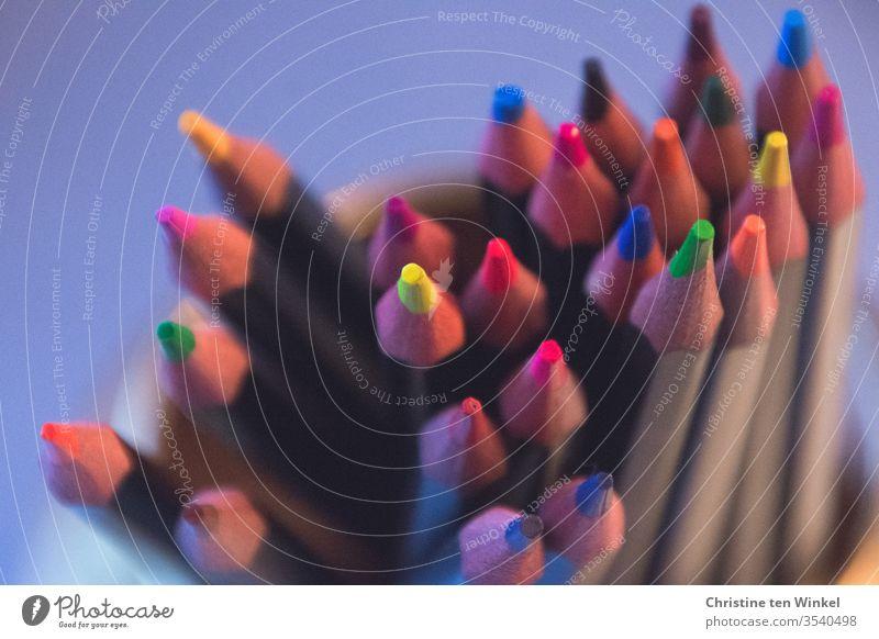 Buntstifte Schreibstift Schreibwaren malen Basteln Homeschooling kreativität Freizeit & Hobby Kindergarten Fröhlichkeit nah bunt Kindheit lernen Schule braun