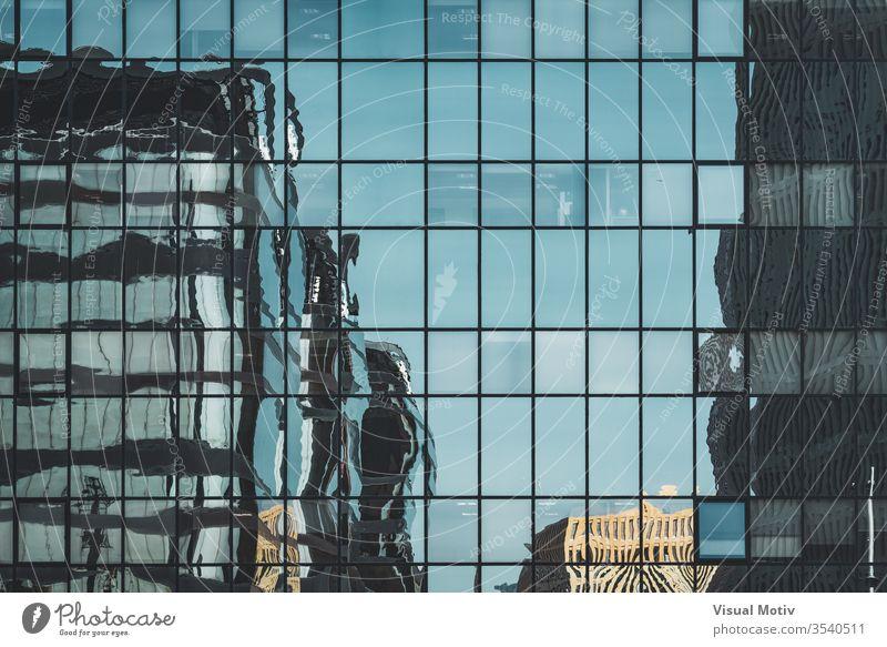 Bürogebäude spiegeln sich über einer städtischen Glasfassade abstrakt abstrakte Fotografie Nachmittag architektonisch Architektur Gebäudeplanung Gebäudefassade