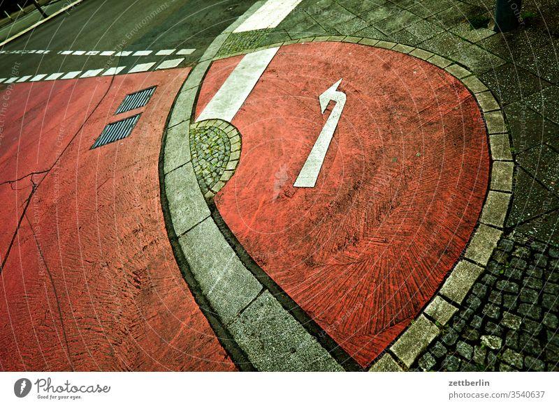 Fahrradweg mit Pfeil nach links abbiegen fahrradweg asphalt ecke fahrbahnmarkierung hinweis kante kurve linie navi navigation orientierung pfeil rechts