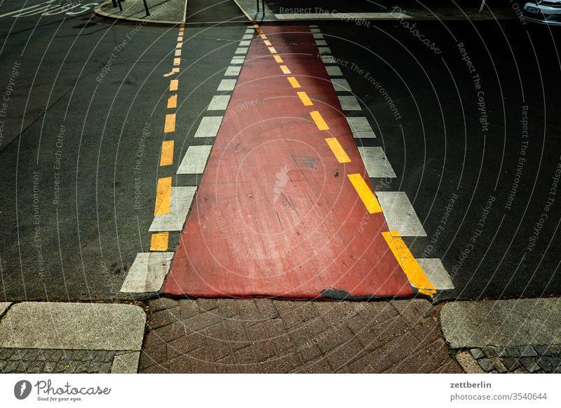 Fahrradweg und Bürgersteig fahrbahnmarkierung zweifel asphalt ecke entscheidung spaltung hinweis kante kurve alternative linie links navi navigation