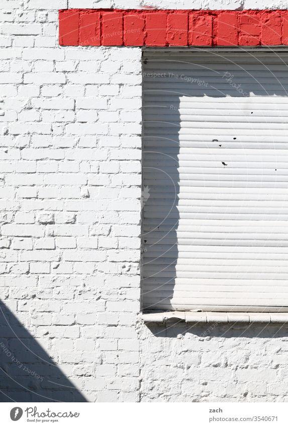 Backsteinwand in den Farben schwarz, weiß und rot Berlin Stadt Haus Architektur Wohnhaus Fassade Fenster Gebäude kaputt Vergänglichkeit Verfall Kunst alt Stein