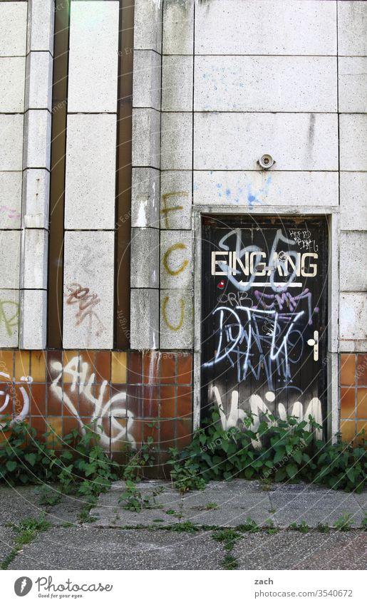 alt I Partykeller, verlassenes Haus mit einem Hinweisschild zum Eingang Ruine kaputt Vergänglichkeit Mauer Zerstörung Wand Verfall Fassade Vergangenheit