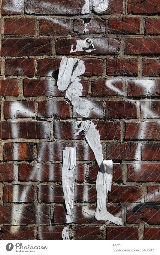 Backsteinfassade mit dem Umriss einer Figur Mauer Wand Stein Strukturen & Formen rot Fassade alt Graffiti Kunst Verfall Schablone Mensch Umrisslinie kaputt