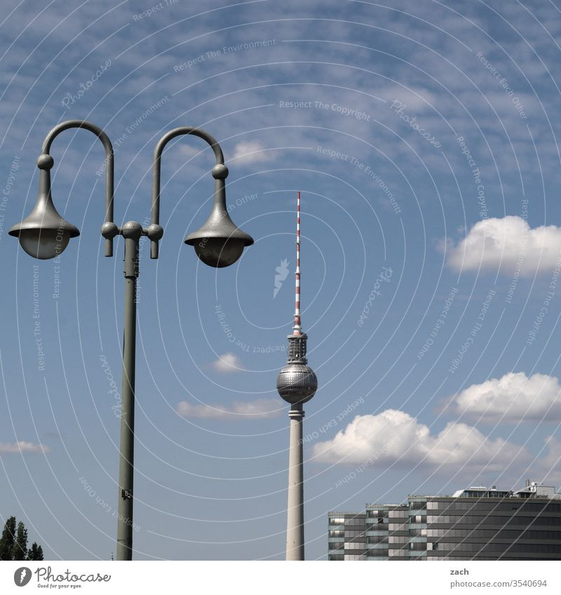 Ansicht von Berlin mit Fernsehturm Berlin-Mitte Stadtzentrum Hauptstadt Berliner Fernsehturm Alexanderplatz Wahrzeichen Turm hoch Bauwerk Sehenswürdigkeit blau