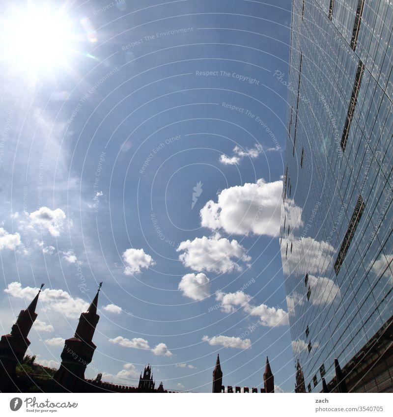 Spiegelfassade in Berlin, Reflektion der Oberbaumbrücke Spiegelbild Reflexion & Spiegelung blau Stadt Haus Architektur modern Wohnhaus Wohnung teuer Himmel