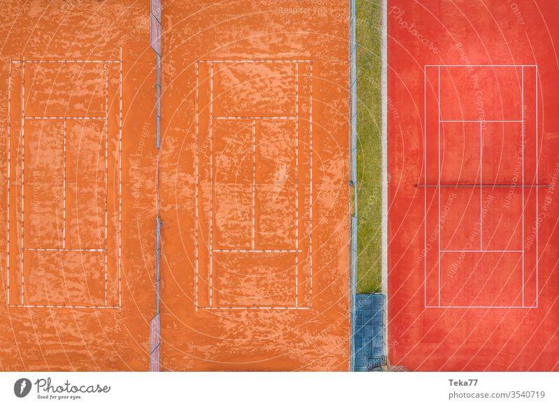 ein leerer Tennisplatz von oben Sport Tennisplätze Asche orange weiß Linien Sonne Schatten Sommer Winter stechend Tennisnetz Tennisnetze Ball Bälle Tennisball
