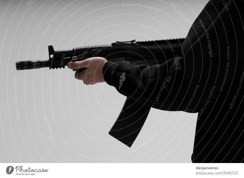 Mann in Maske mit Pistole auf weißem Hintergrund Waffe Hand Gewehr Militär Schießen vereinzelt Gefahr Verbrechen schwarz Armee Soldat schießen Krieg Ziel Gewalt
