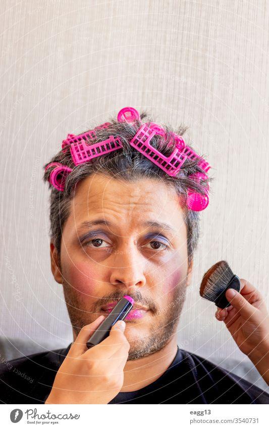Gutaussehender Vater wird von seinen Töchtern geschminkt anhänglich Bonden Bürste sorgenfrei Farben Anschluss Kosmetik verrückt Kreativität Papa Papi Tochter