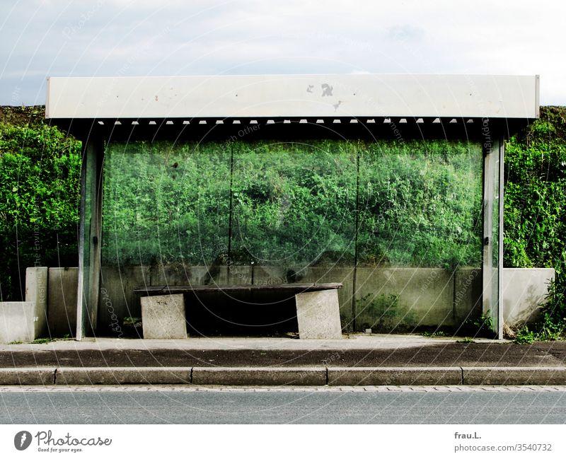 Der Bushaltestelle ging es gar nicht gut, ihre Sitzbank war bereits kurz vorm Zusammenbruch. Verkehr Dorf Farbfoto Öffentlicher Personennahverkehr Außenaufnahme