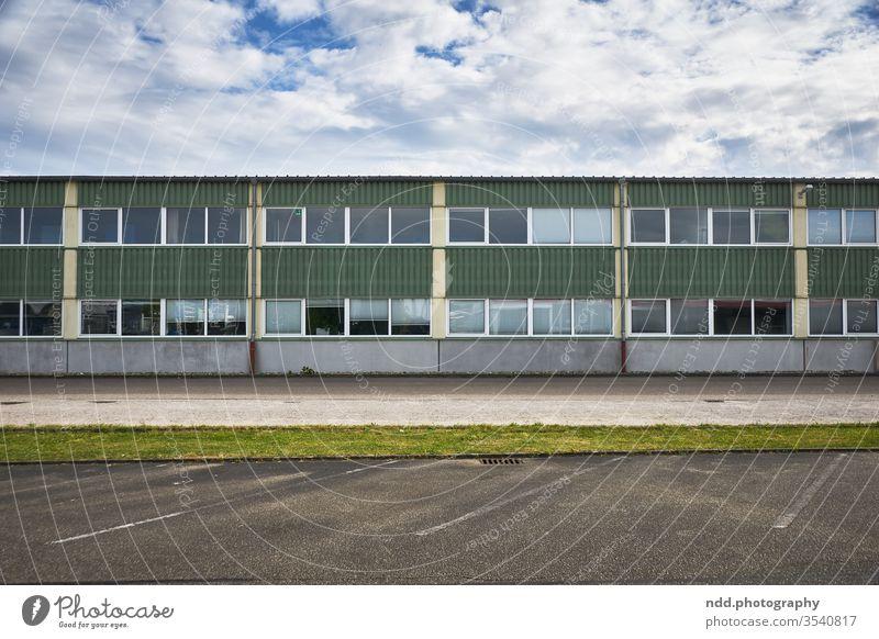 Industriegebäude der 70er Jahre in Westdeutschland industrielle Einsamkeit retro Farbfoto Menschenleer gewerbliches Muster Deckung CD-Regal CD-Hülle