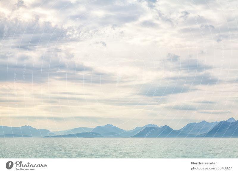 Land in Sicht Meer Ozean Berge Küste Norwegen Weite blau Hintergrund Gipfel Bergkette Gebirge Wandbild Naturschönheit Sonne Sommer Urlaub Wasser Wellen