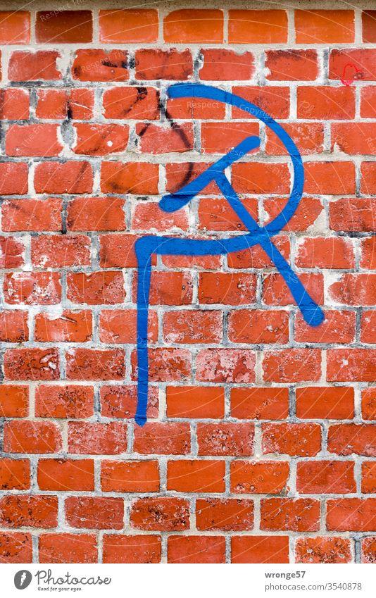 Hammer und Sichel - ein politisches Symbol mit blauer Farbe auf roten Backstein gesprüht Symbole & Metaphern Kommunismus Politik & Staat Macht Russland