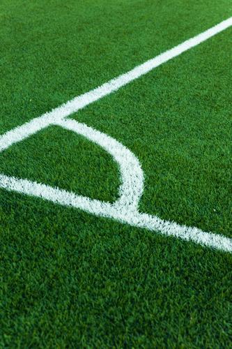 Fussballplatzecke mit weissen Markierungen Winkel Gegend Hintergrund Borte Nahaufnahme Konkurrenz Eckstoß Feld Fußball Spiel Gras grün Boden Rasen Linie