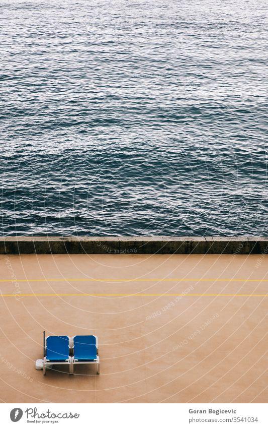 Luftaufnahme von zwei leeren Liegestühlen am Strand Feiertag MEER Urlaub Natur Antenne Sommer schön Ansicht Stuhl Wasser Küste blau Meer Landschaft Tourismus