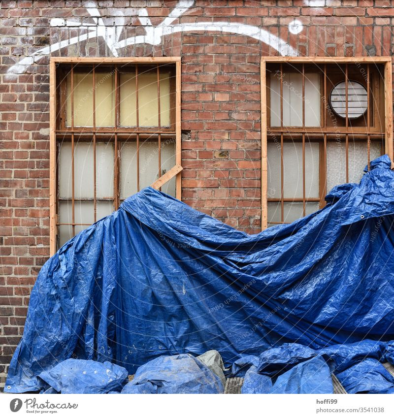Blaue Bauplane auf Sanierungsfall blau Plane Sanieren sanierungsbedürftig Baustelle Abdeckung Baugerüst Gerüst Schutz Fassade baufällig Altstadt Renovieren