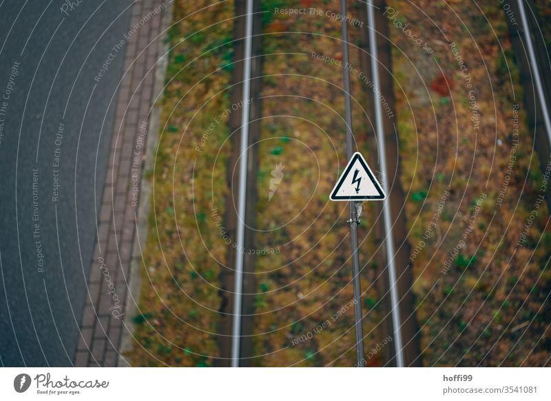 Achtung Hochspannung Hochspannungsleitung Elektrizität Kabel Straßenbahn Leitung strassenbahnschienen Energie Technik & Technologie Warnschild Warnhinweis Draht