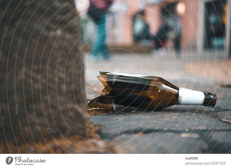 zerbrochene Flasche auf Kopfsteinpflaster Scherben zerbrochenes glas kaputt kaputtgemacht Bierflasche