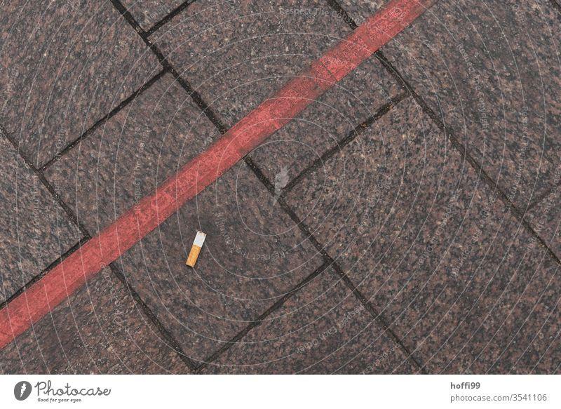Kippe am Boden kippen Zigarette kippen ausdrücken Tabakwaren Abfall Sucht hässlich kaputt Müll sorglos dreckig bedrohlich Zigarettenstummel Umweltverschmutzung