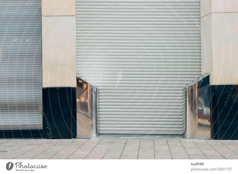 geschlossenes Geschäft in der Innenstadt Gebäude Pleite gehen Immobilienmarkt verlassen Leerstand leer Rollladen Ladengeschäft Jalousie Rollo Tür