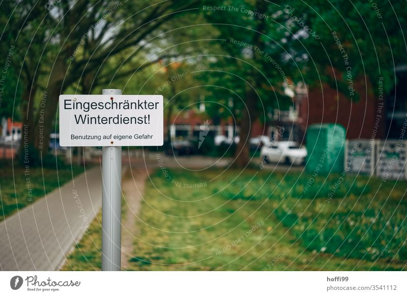Schild eingeschränkter Winterdienst Hinweisschild Klimawandel Erderwärmung Text Stadtwerke Wort Typographie Vorbereitung Verkehrswege Bürgersteig Rutschgefahr