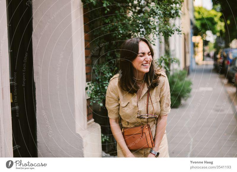 Lachende Frau in Paris Stadtzentrum Sommer glücklich glückliches gesicht fröhlich lachen lachend urban charmant Altbauwohnung Haus Fenster Farbfoto