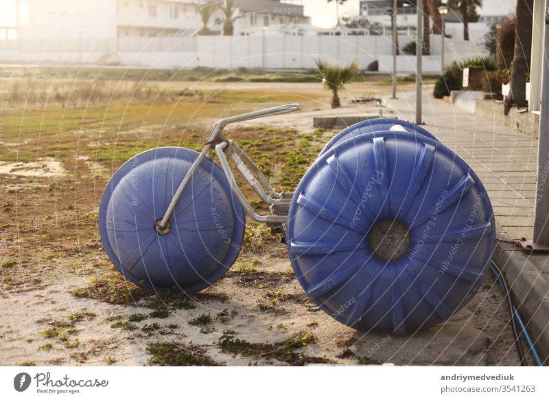 eine große, hausgemachte Fahrradausstellung steht in der Nähe von Hotels in einer Touristenstadt. selektiver Schwerpunkt. selbstgemacht retro altehrwürdig Rad
