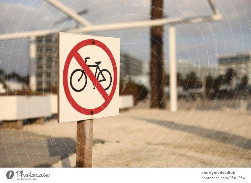 Strand Verkehrszeichen nicht mit dem Fahrrad zu betreten. selektive Fokussierung. das Zeichen am Strand ist mit dem Fahrrad verboten Symbol rot Transport