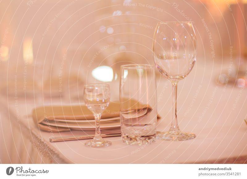 Nahaufnahme von leeren Gläsern im Restaurant. Selektiver Fokus. leere Gläser auf dem Tisch ausgefallen Glas Wein fein Kulisse Besteck Mittagessen Abendessen