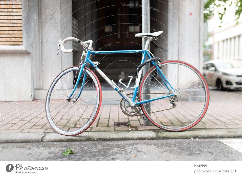 Rennrad am Pfahl angeschlossen Lifestyle retro Fahrrad Fahrradfahren Verkehrsmittel retrostyle retro Siebziger Jahre Fahrradsattel Schloss Sport Altstadt Stadt