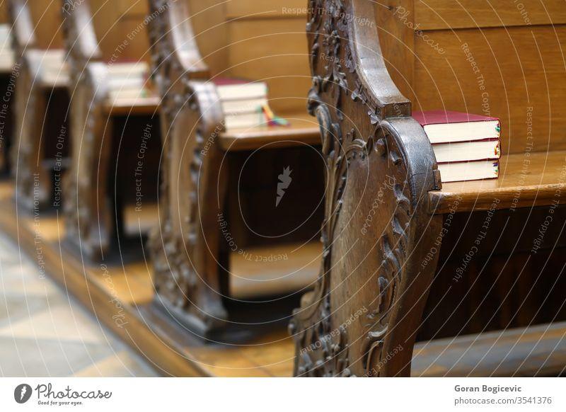 Kirche antik Antiquität Architektur Glaube Bank Bibel Buch braun Kathedrale katholisch Stuhl Kapelle Christus christian Christentum Gemeinde leer Europa Gott