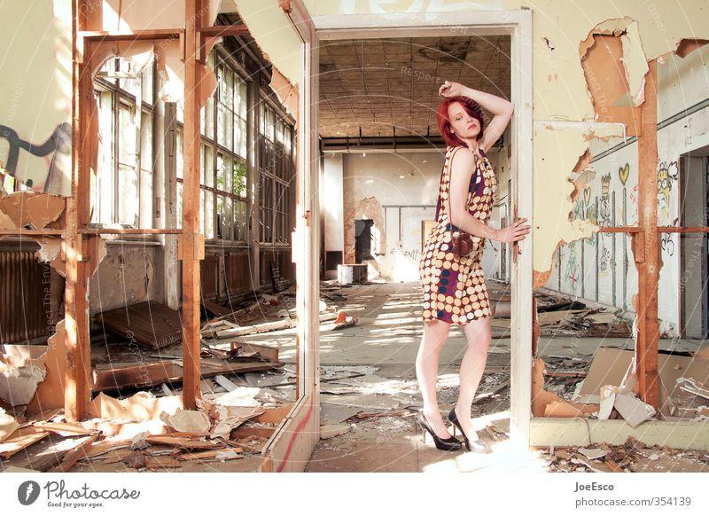 #354139 Lifestyle elegant Stil Abenteuer Raum Frau Erwachsene Leben Mensch 18-30 Jahre Jugendliche Ruine Mauer Wand Tür Mode Erholung festhalten träumen trendy