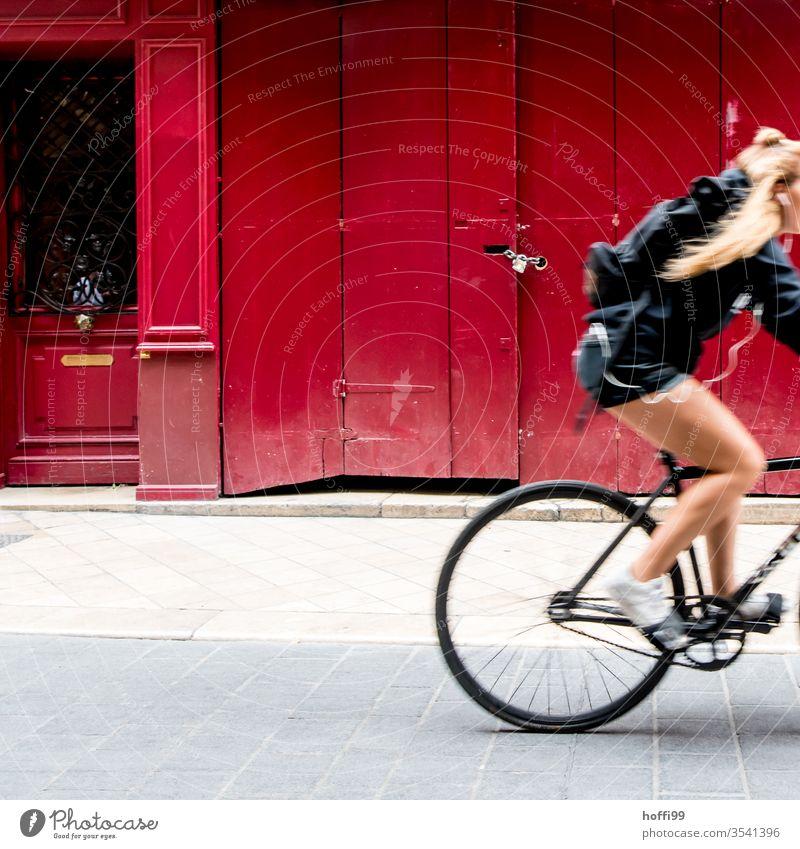 rote Einfahrt mit Radfahrerin Tor Radfahren schnell Bewegung Fahrrad Sport Fahrradfahren Geschwindigkeit Sommer Lifestyle rote fassade Fassadenverkleidung