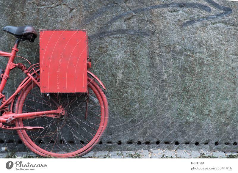 rotes Fahrrad an der Wand altes fahrrad Abstellen von Fahrrädern abstellen Mauer Fahrradfahren Rad Radfahren Radfahrerin Skulptur