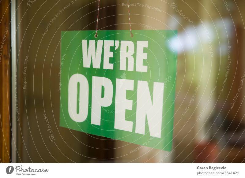 Open-Schild auf dem Glas der Tür im Geschäft Werbung Transparente Bar Holzplatte Business beschäftigt Café Großstadt Konzept Tag Eingang Außenseite Vorderseite