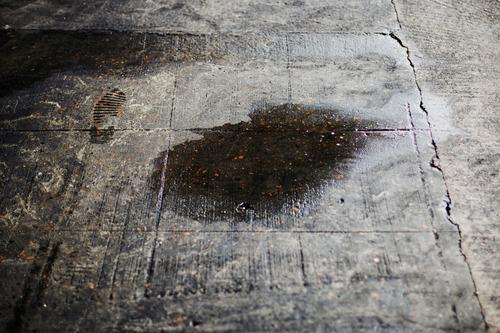 War das der Tatort? Beton Boden Pfütze fußabdruck schmierig unheimlich Wasser Menschenleer dunkel Schrecken Angst Spuren