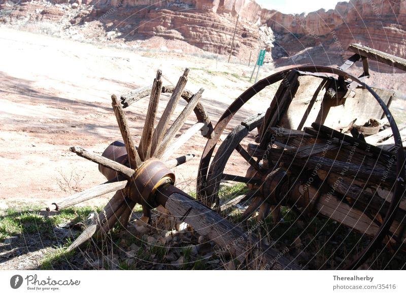 kaputte Wagenräder Holz Wüste historisch Wagen Pferdekutsche