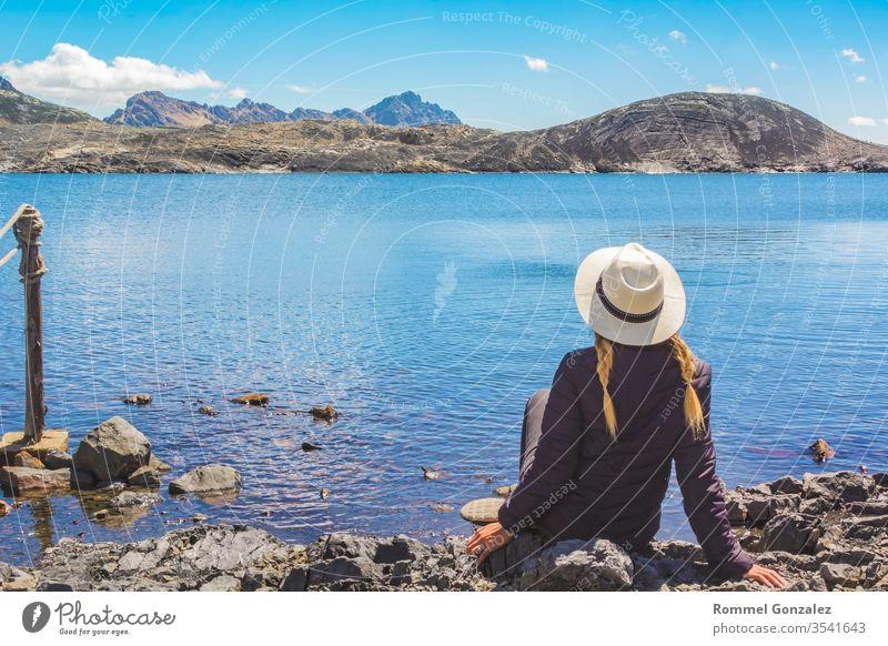 Schöne Frau genießt die Landschaften der Lagune von Llanganuco, Huraz. Peru. sich[Akk] entspannen im Freien szenische Darstellungen Ausflugsziel Freizeit Ferien